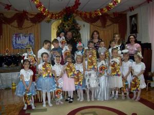 Воспитанники детского сада и отец Иоанн Моздор  после концерта